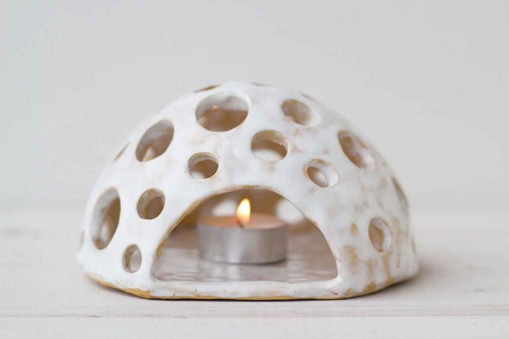 Baltos spalvos molinė žvakidė