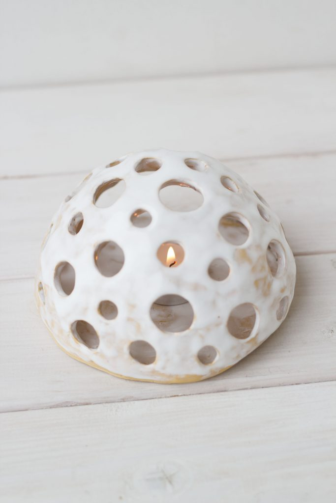Baltos spalvos keramikinė žvakidė